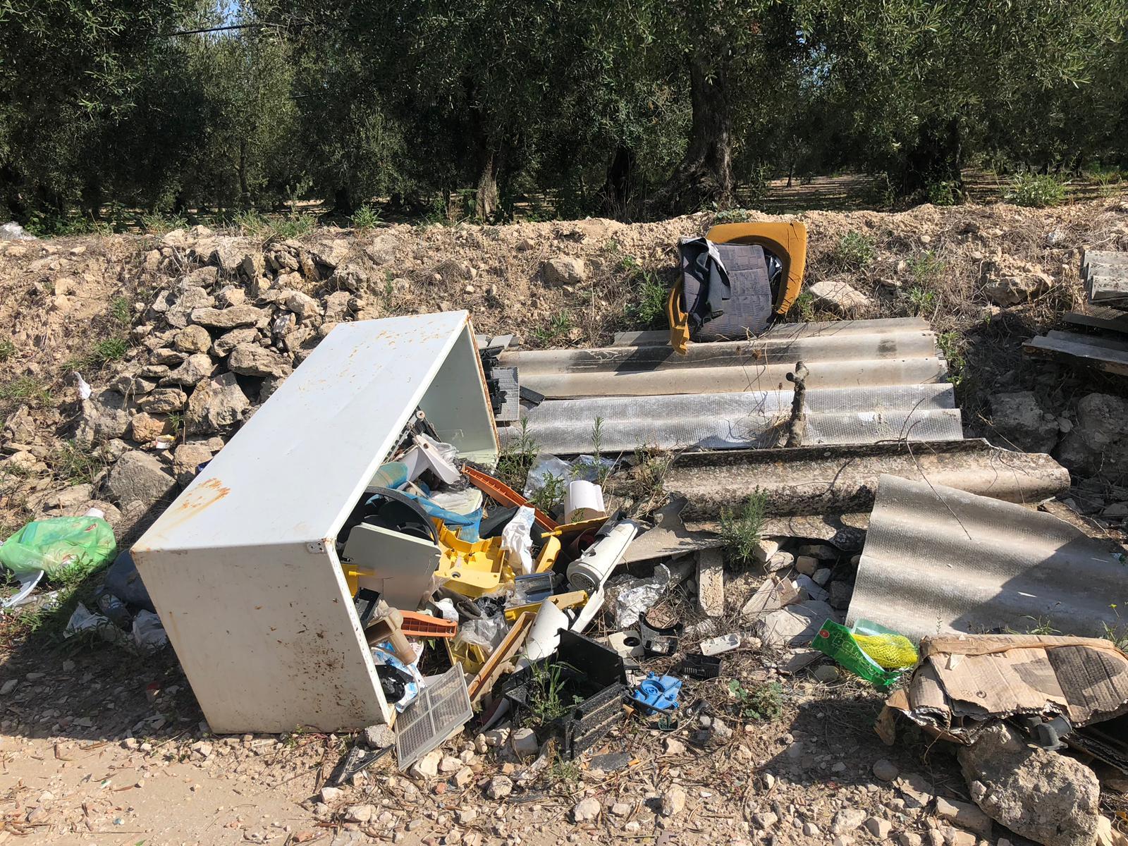 Abbandono rifiuti sul terreno di proprietà: chi ne risponde?